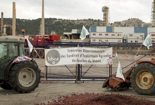 Des tracteurs devant l'entrée de la raffinerie Total de La Mède, le 11 juin 2018