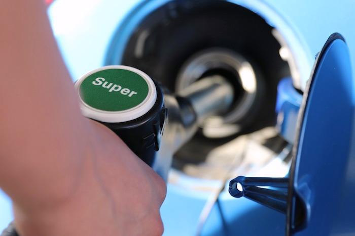 Prix des carburants en baisse et progression du marché automobile